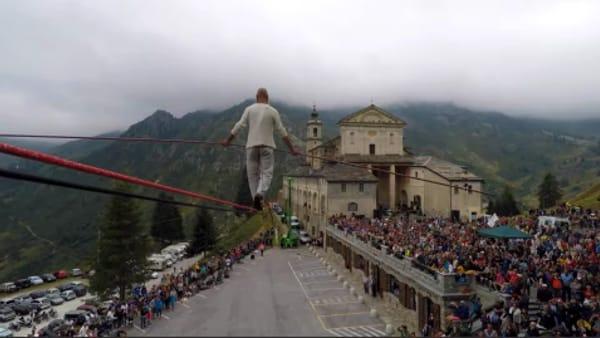 Funambolo torinese in equilibrio sul cielo sopra il santuario: le immagini dell'impresa