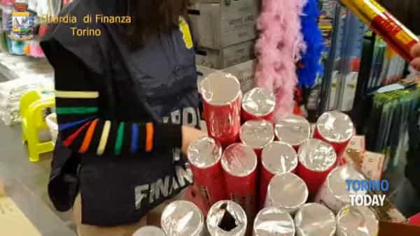Giocattoli contraffatti e uscite di sicurezza ostruite: nei guai il proprietario di un negozio