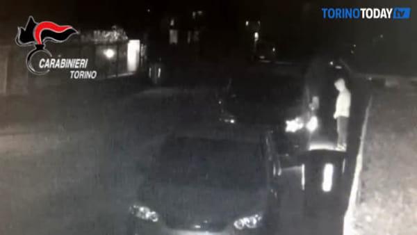 Incendiava le automobili in sosta, preso il piromane che ha spaventato la città: video