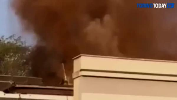 A fuoco il tetto della palestra, alta la colonna di fumo: video