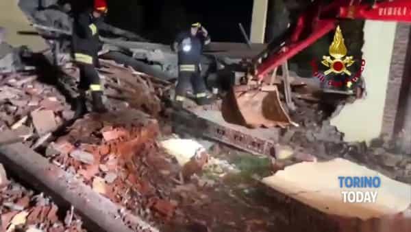 Fanno saltare in aria una cascina, ma dentro ci sono i soccorritori: tre pompieri morti