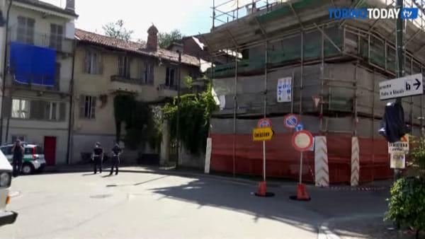 La casa è pericolante e la via viene chiusa, traffico va in tilt: c'è chi non è potuto andare al lavoro