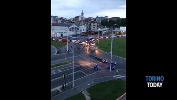 """Automobilisti bloccati dai ciclisti che urlano: """"Non arrabbiatevi, aprite gli occhi"""""""