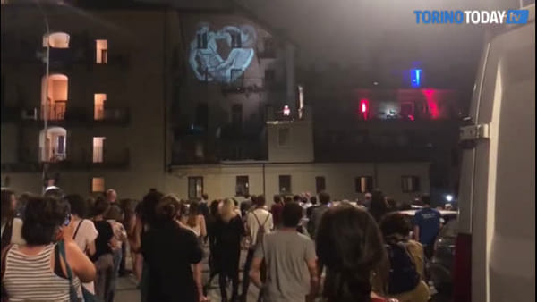Nella notte di San Giovanni lo spettacolo alternativo per pochi intimi: il pubblico in piazza tra le auto parcheggiate