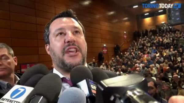 Bagno di folla per Salvini a Torino, in 200 non entrano al Lingotto: editto del leghista contro l'Appendino