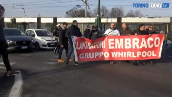 Ex Embraco, i lavoratori bloccano il corso: oltre un centinaio di manifestanti in strada
