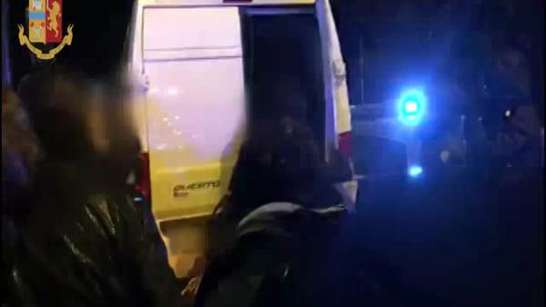 Trasporto criminale record: 36 stipati dentro al furgone