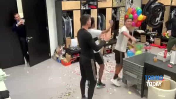 Juve, palloncini e coriandoli nello spogliatoio: Dybala prepara la festa a sorpresa per il compagno