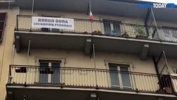 """A Borgo Dora è lockdown pedonale"": striscioni e proteste 