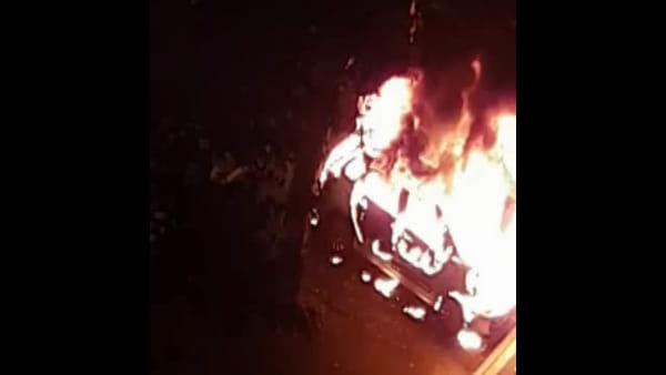 Auto prende fuoco nella notte, le esplosioni svegliano i residenti