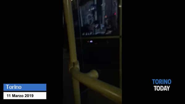 L'autista non lo fa salire fuori fermata e lui blocca il bus: disavventura per i passeggeri