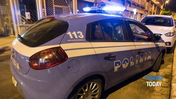 Vestito con un body e armato di forbici dà in escandescenze in strada: arrestato