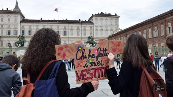 Fridays for Future in piazza contro la Fast Fashion, la moda economica ad alti costi ambientali
