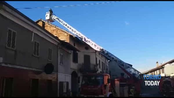 Abitazione distrutta da un incendio, tratto in salvo il cane Pedro: le immagini
