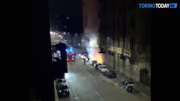 Paura nella notte, le fiamme avvolgono l'automobile parcheggiata a bordo strada