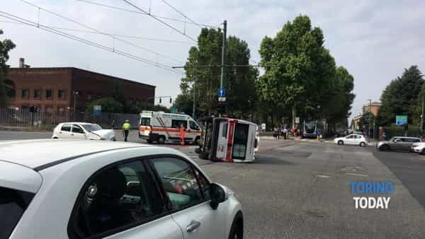 Incidente all'incrocio, ambulanza finisce la sua corsa sui binari del tram