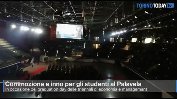 L'inno nazionale e un tricolore gigante: la cerimonia di laurea di 500 studenti è spettacolo | Video