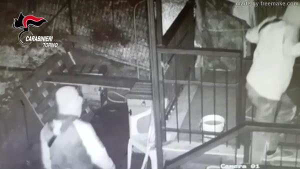 Furti negli appartamenti dei ricchi: 20 colpi in due mesi, due arrestati e tre ricercati