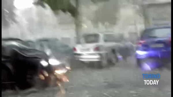 Bomba di grandine sulla città: strade allagate e rami caduti in centro