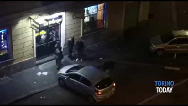 Video shock: rissa fuori dal locale, vittima a terra aggredita con calci e pugni