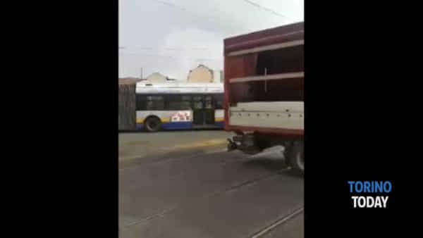 Bus guasto in mezzo all'incrocio, il traffico va in tilt e i passanti dirigono in traffico