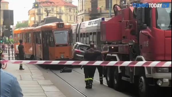 Auto incastrata tra due tram, tutte le fasi che hanno portato alla rimozione