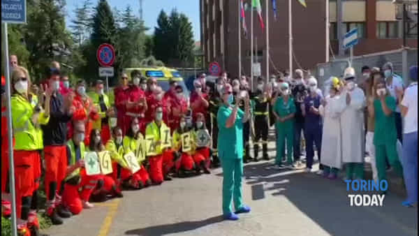 Sirene spiegate, applausi, foto e video ricordo: il ringraziamento al personale sanitario dell'ospedale