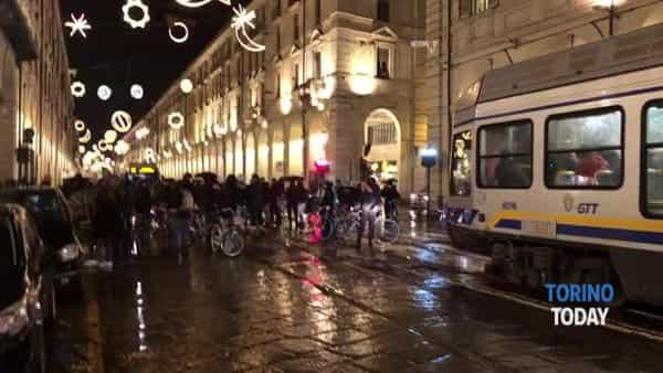 Dopo lo sgombero in bici per il centro città: i manifestanti bloccano la strada