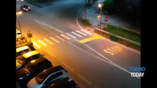 Chi vede lo STOP? Attraversare l'incrocio è un terno al Lotto: video