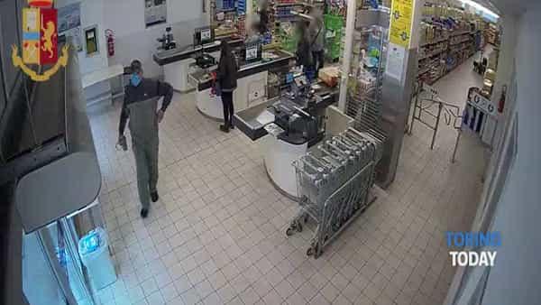 Mascherina da chirurgo sul viso e pistola in mano: preso il rapinatore dei supermercati | Video