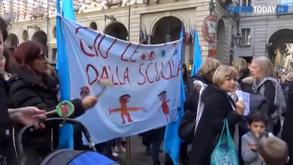 Scuola, la protesta travolge il Comune: lavoratori, genitori e bimbi in piazza Palazzo di Città