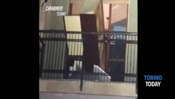 Lancia i mobili dal balcone nella notte: bloccato con il taser