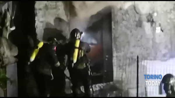 Divorata dalle fiamme un'abitazione, all'interno due anziani. Le immagini dei soccorsi