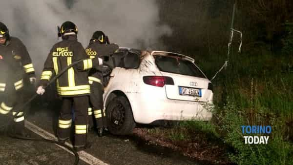 L'auto incendiata in via Stati Uniti
