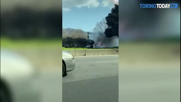 Auto in fiamme a Moncalieri: video