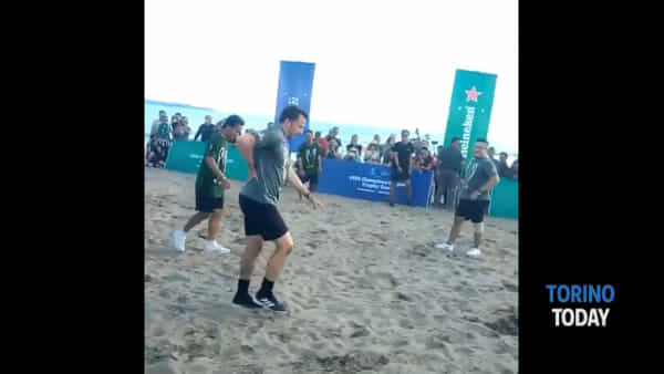 Prima la rovesciata, poi il mal di schiena: il video della gag di Del Piero