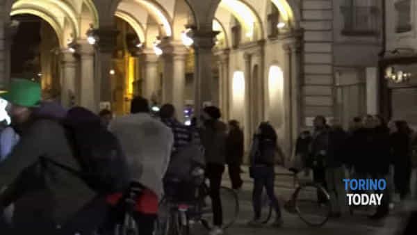 Gli anarchici contro Appendino: una testa di un manichino mozzata davanti al negozio di famiglia