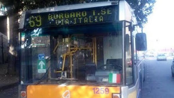 Follia in strada: autista del bus aggredito perché protesta per l'auto in doppia fila