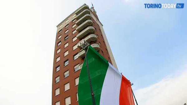 L'inno nazionale risuona in piazza Castello: l'omaggio a Torino dalla cima del monumento