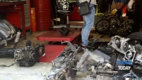 Scoperta officina abusiva: sequestrati il garage e le moto custodite all'interno