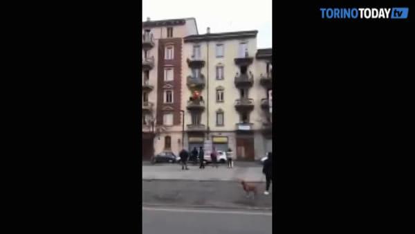 La cantante torinese si esibisce dal balcone, il video spopola sul web: un milione di visualizzazioni