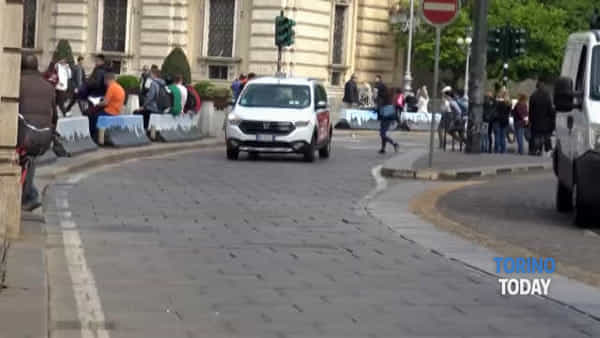Crolla l'intonaco dei portici di Piazza Castello, area inaccessibile ai passanti: video