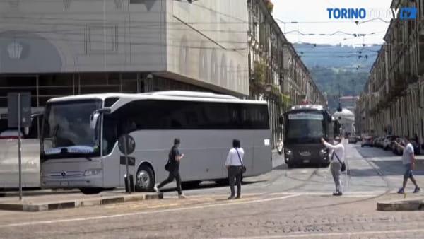 Protesta a suon di clacson nel centro di Torino: sfilano in corteo i bus turistici | Video