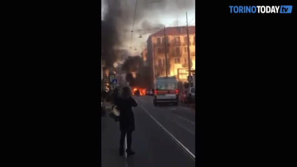 Auto va in fiamme mentre percorre la via, poi esplode: in salvo donna e due bambini | VIDEO