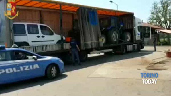 Fermati con trattori e furgoni rubati sul camion: denunciate tre persone per ricettazione