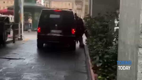 Donna caricata a forza su un furgone in pieno centro, il momento del sequestro: video