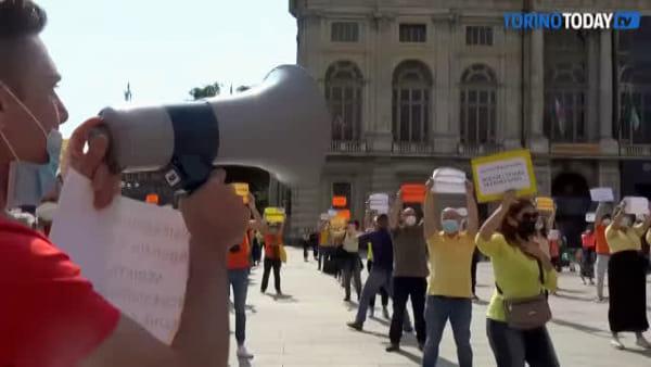 """Lacrime e canzoni, in Piazza Castello arriva la rabbia degli operatori turistici: """"Vogliamo soldi a fondo perduto"""""""