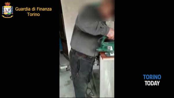 Smascherato falso cieco attivo sui social: ripreso in foto e video mentre taglia assi di legno