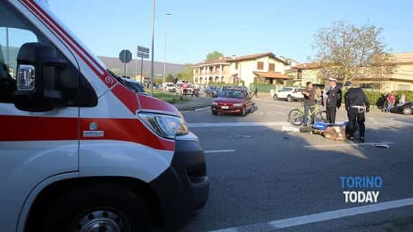 Auto e moto si scontrano all'incrocio: grave centauro