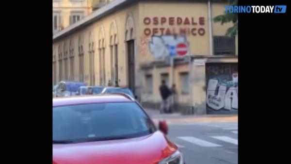 Coppia fa sesso davanti all'ospedale Oftalmico, in pieno centro città: video